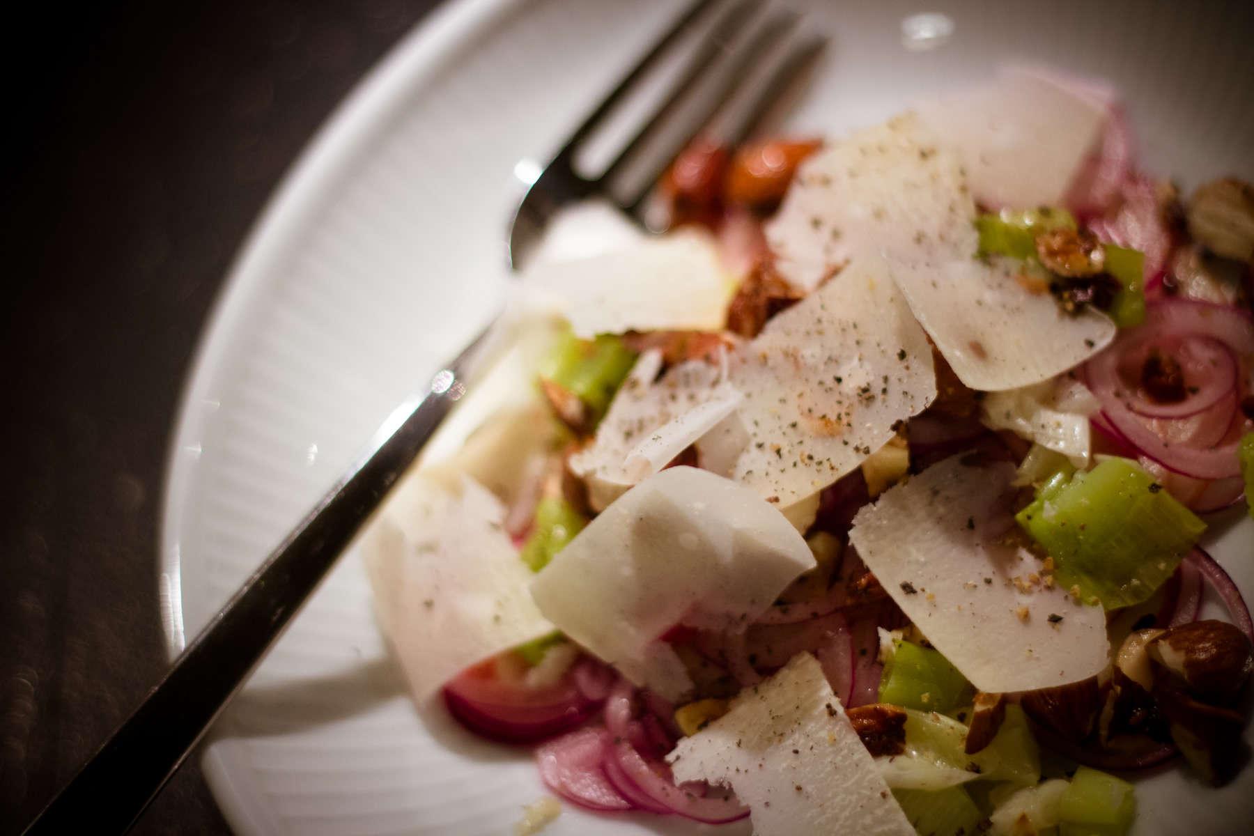 Salat med lime, æble og bagte forårsløg