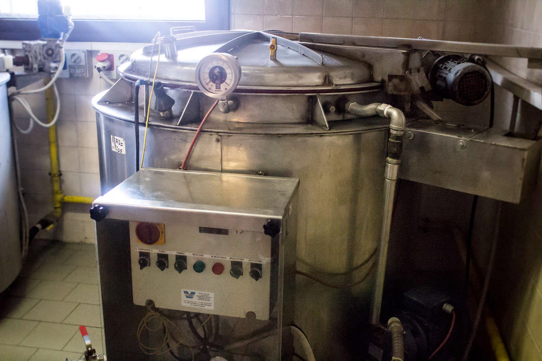 Et kogekar, hvor den pressede druemost koges i 24 timer ved 85°.