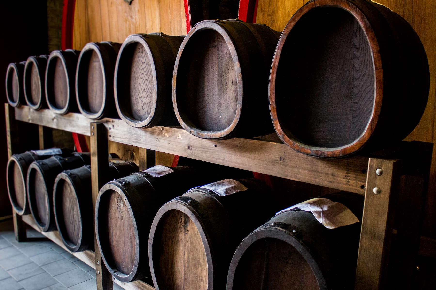 To batteria med henholdsvis seks og syv tønder. Tønderne er hver især af forskellige træsorter, der hver bidrager til den unikke balsamico-smag.